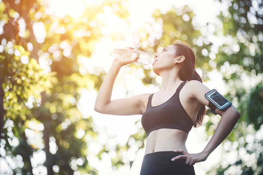 Hidratarse correctamente antes, durante y después del ejercicio mejora el rendimiento y aporta beneficios a la salud